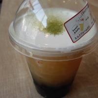 松戸駅西口のタピオカドリンク店 Gongcha(ゴンチャ) (貢茶)松戸店(キテミテマツド1階)でミルクフォームグリーンティー(パール入り)を飲む