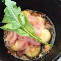 松戸駅西口 キテミテマツド屋上の BUTCHERS MEAT CLUBで BBQじゃなく、CAFE & BARでアウトドア気分。生ハムマッシュルームアヒージョをいただく。