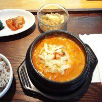 柏駅東口徒歩2分の韓国・スペイン料理店 ポジャンマチャ柏店にて、スンドゥブ定食(濃厚チーズ)のランチ。辛さを選べてドリンクバー付き。味よし、コスパよし!