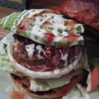 松戸市小金原のハンバーガー店 R-S(アールズ)にてアボカドバーガーをいただく。パティばかりでなく特製バンズも美味。ハンバーガー百名店選出にも納得!